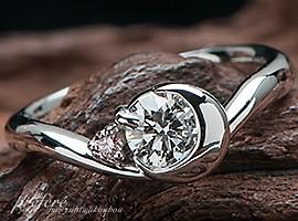 婚約指輪オーダーは希少なピンクダイヤと三日月モチーフで