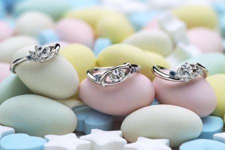 優しいハート形、ペアシェイプ形、楕円形のカタチをしたオーバルダイヤの婚約指輪(指輪No.5)
