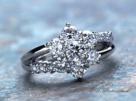 ラウンドのダイヤを使って、オーダーメイドのエンゲージリング(婚約指輪)は、ゴージャスに出来上がりました。(指輪No.148)
