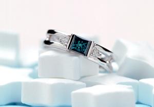 ブルーのプリンセスカットのダイヤの素敵なオーダーメイドのエンゲージリング(婚約指輪)が出来ました。(指輪No.26)