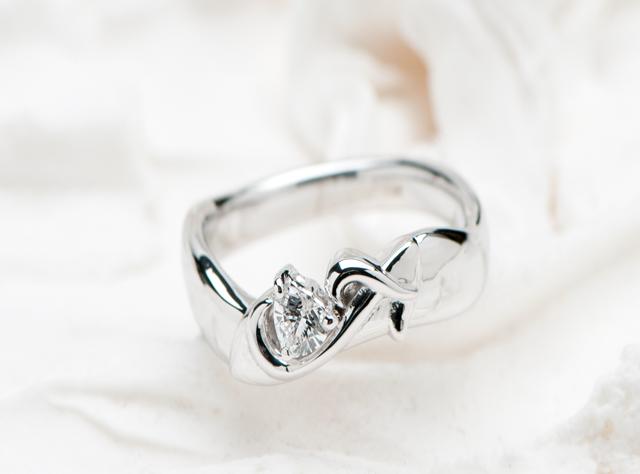イニシャルを添えたシンデレラの靴モチーフの婚約指輪(指輪No.6916)