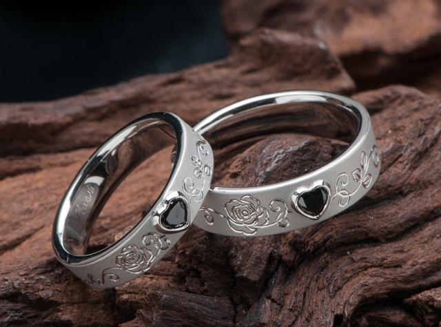 ハート形ブラックダイヤと薔薇モチーフの結婚指輪(指輪No.6853)
