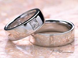 大きいプリンセスカットのダイヤを入れたオーダーメイドのマリッジリング(結婚指輪)です。(指輪No.141)