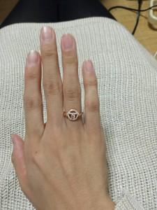婚約指輪を指に着けた画像