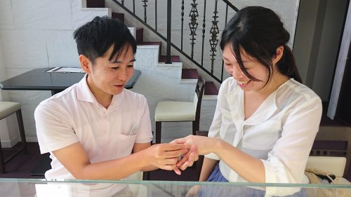 結婚指輪の試着中