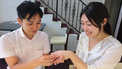 結婚指輪の交換中
