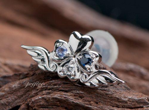 結婚10周年記念の幸せ四つ葉と天使の羽根を添えたピアス