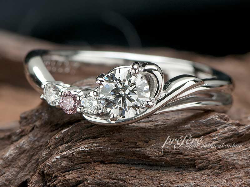 イニシャルを添えたオーダーメイドの婚約指輪をプロポーズと共にプレゼント