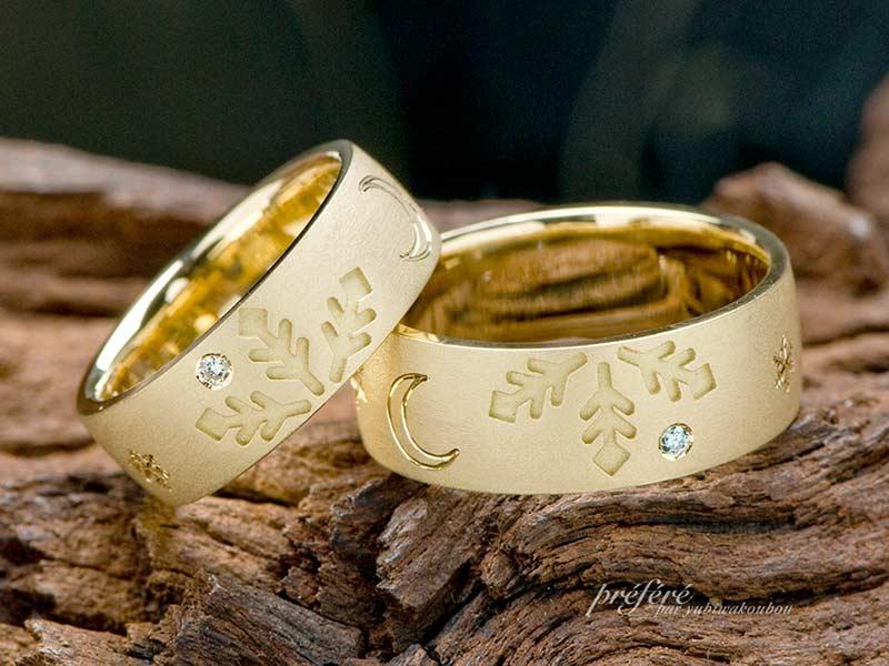 雪の結晶と三日月をデザインした18金素材の結婚指輪