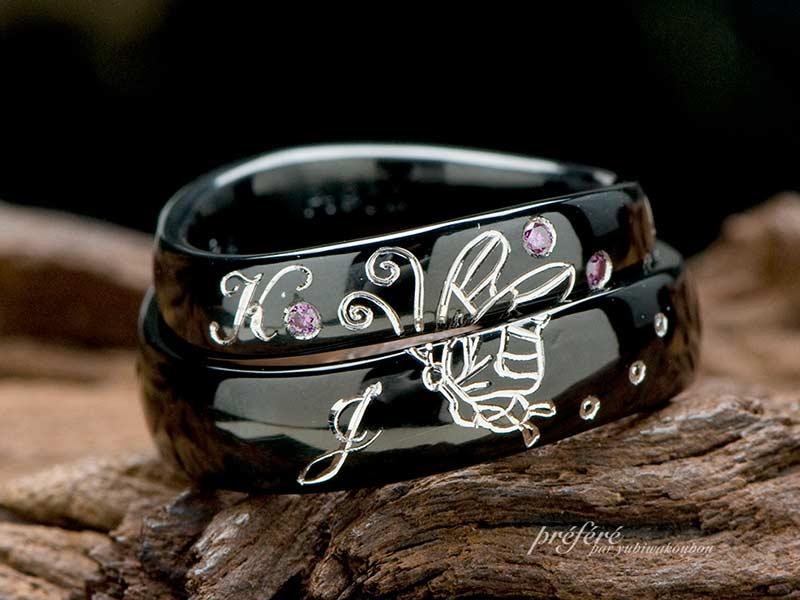 チョウチョのデザインをいれたブラック仕上げの結婚指輪