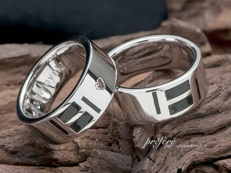 結婚指輪はイニシャルをアレンジしてブラックカラーを入れたオーダー