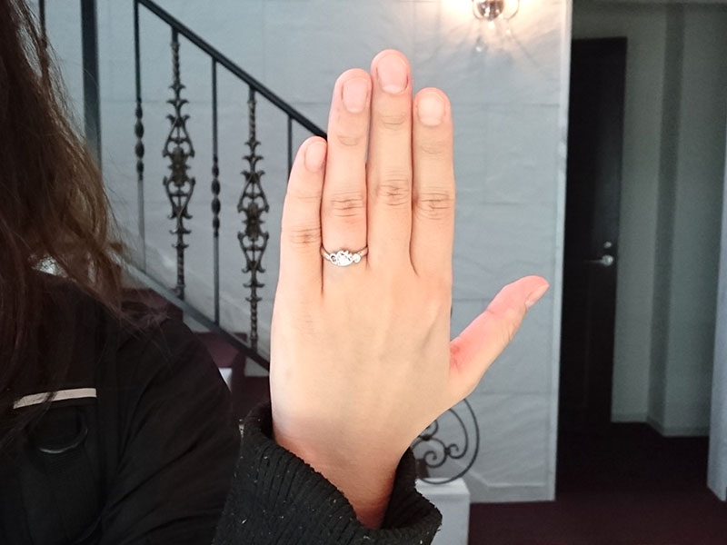 ウサギモチーフの婚約指輪を指に着けて