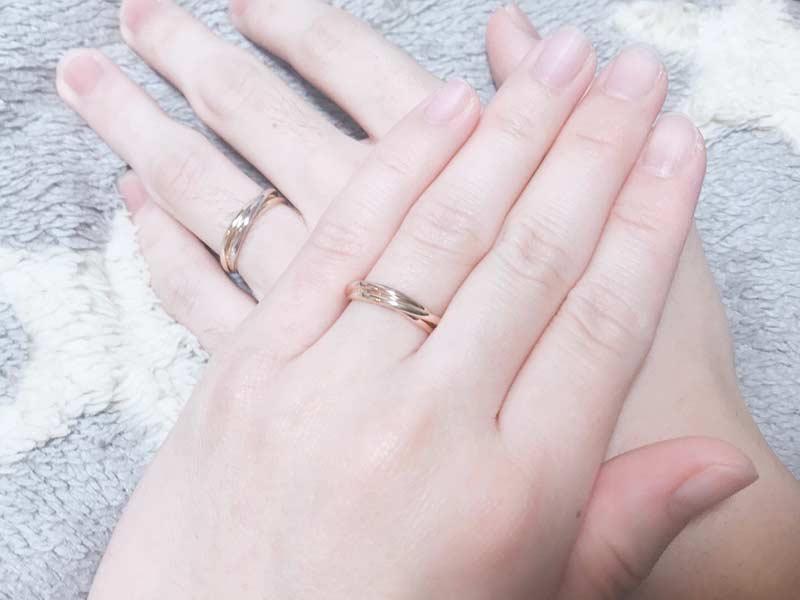 お二人の指に着けた結婚指輪