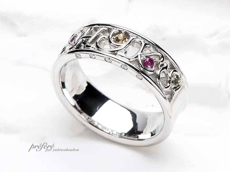 家族全員のイニシャルとお誕生石を留めた結婚10周年記念の指輪