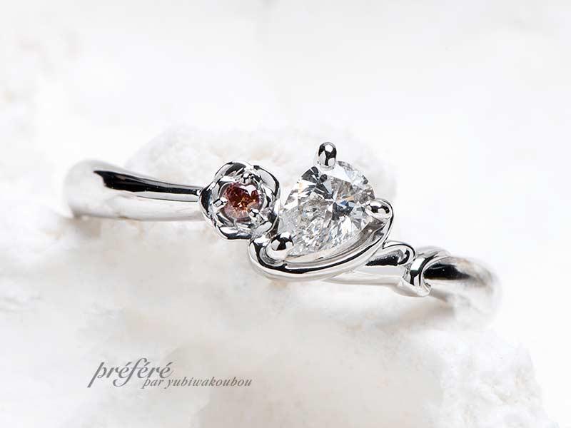 薔薇の花と彼のイニシャルを添えたぺアシェイプダイヤでプロポーズリング婚約指輪