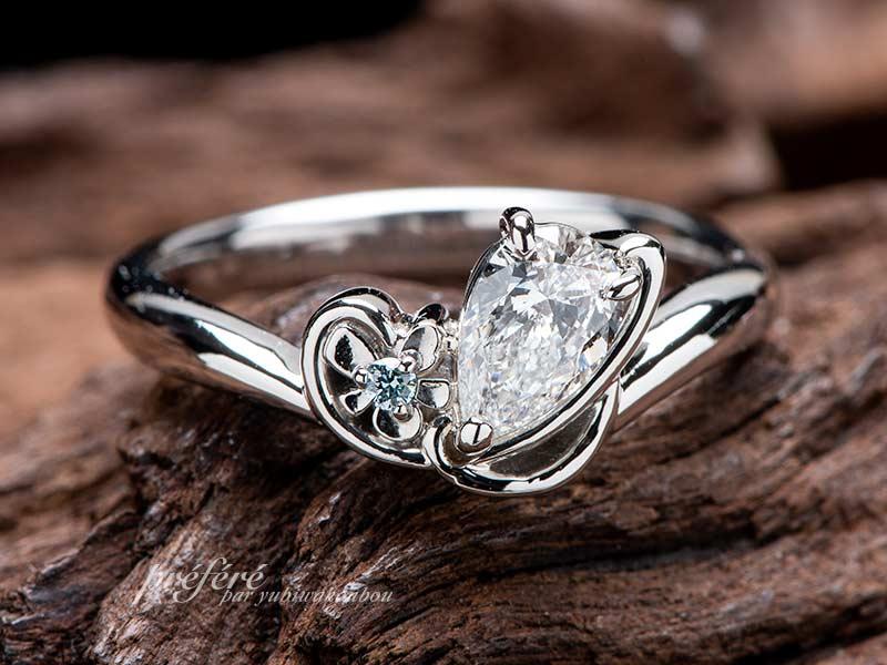 スミレの花と音符とイニシャルSの婚約指輪