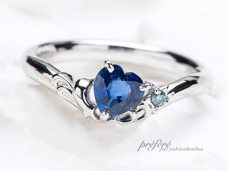 ハートの形のサファイアとイルカモチーフのオリジナル婚約指輪