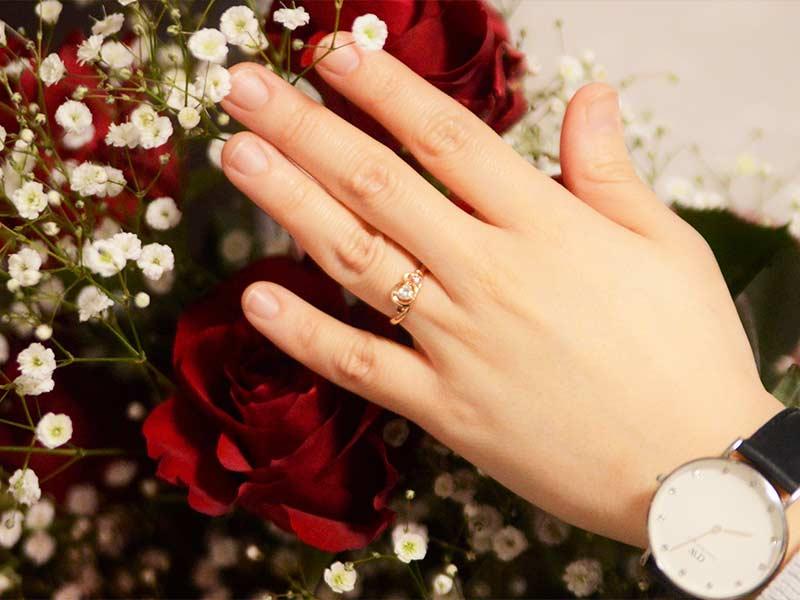 バラの花束と婚約指輪
