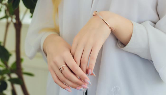 指輪をつけている人の画像