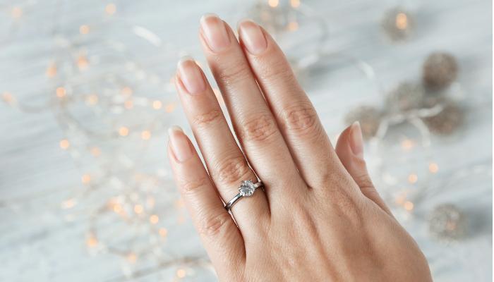 指輪をつけた手の画像