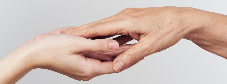 2人が手を取り合っている画像
