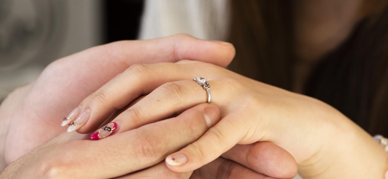 指輪を贈るカップルの画像