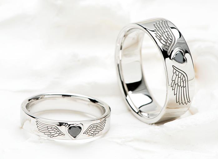 表面に羽を彫り黒いダイヤを入れた結婚指輪