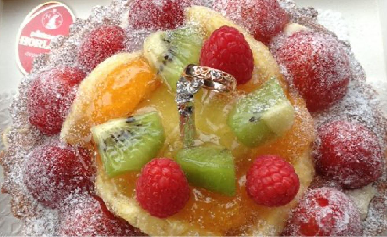 婚約指輪がデコレーションされたケーキの画像