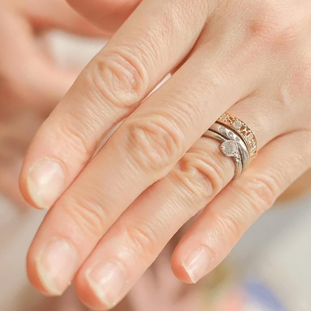結婚指輪と重ね付けした結婚10周年の指輪