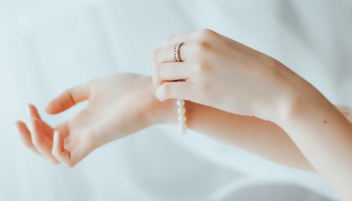 真珠のブレスレットをつけている画像