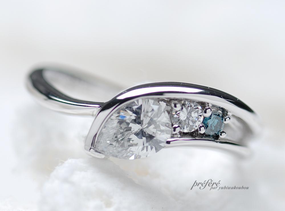 ペアシェイプダイヤにトリートブルーダイヤを添えたオーダーメイドの婚約指輪