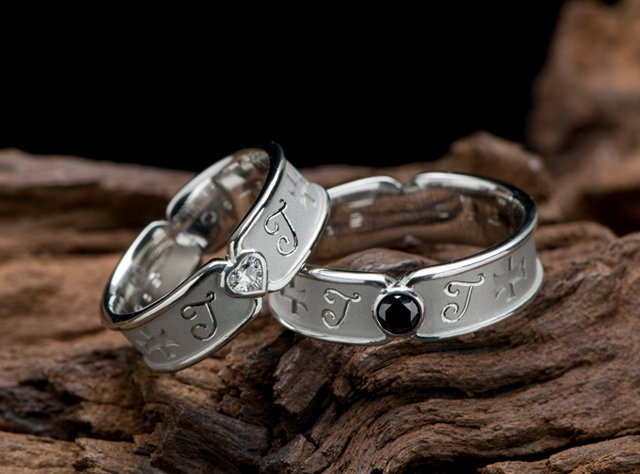 無限大とハートダイヤとブラックダイヤを配置した結婚指輪オーダー(指輪No.3759)