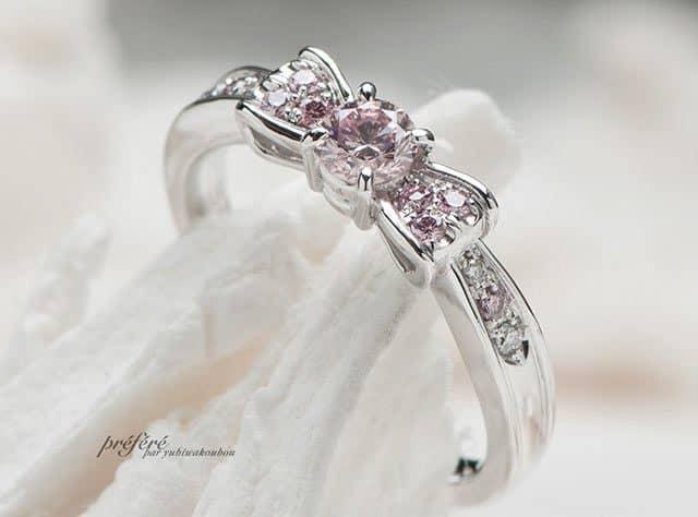 ラウンドのファンシーピンクダイヤでお創りしたリボンモチーフの婚約指輪はオーダーメイド(指輪No.4321)