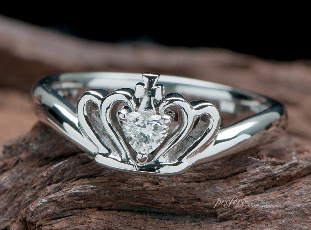 クロスとイニシャルのティアラ型婚約指輪のオーダーメイド