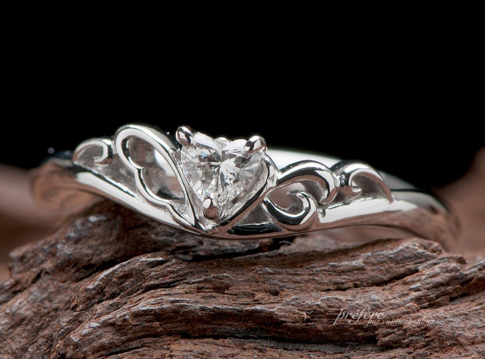 天使の羽根とイニシャルモチーフの婚約指輪のオーダーメイド