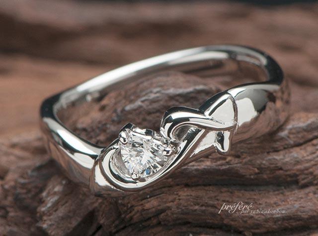 婚約指輪はオーダーでイニシャルを添えたシンデレラの靴モチーフ(指輪No.6916)