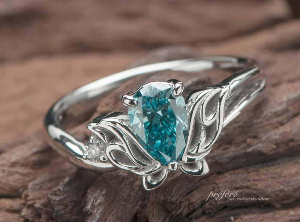 ペアシェイプダイヤの婚約指輪はオーダーでブルーダイヤとトライバル蝶モチーフで(指輪No.6954)