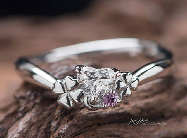 大小の四つ葉のクローバーを添えた婚約指輪のオーダー(指輪No.7224)