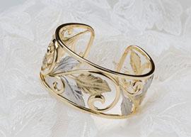 おしゃれなバングルは、オーダーメイドでゴールドとプラチナのコンビでお作りしました。(指輪No.64)