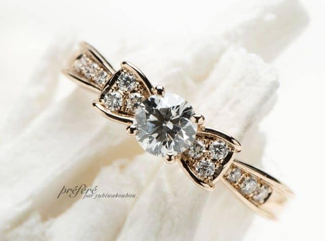 リボンモチーフとピンクゴールド素材のキュートな婚約指輪(指輪No.7715)