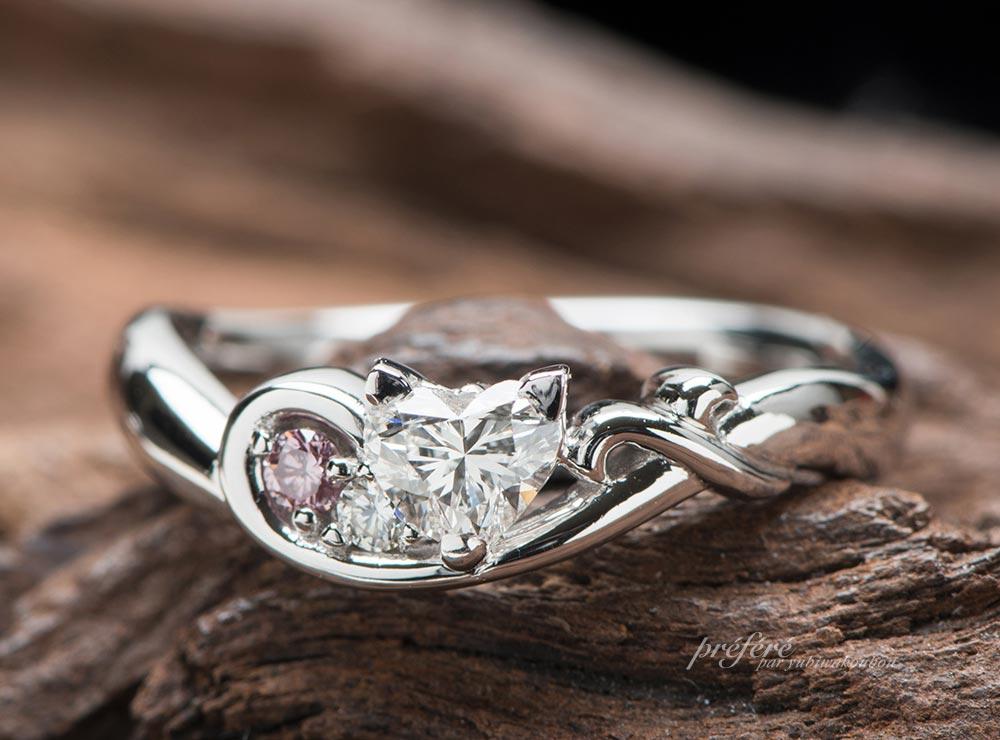 ハートダイヤとネコモチーフの婚約指輪