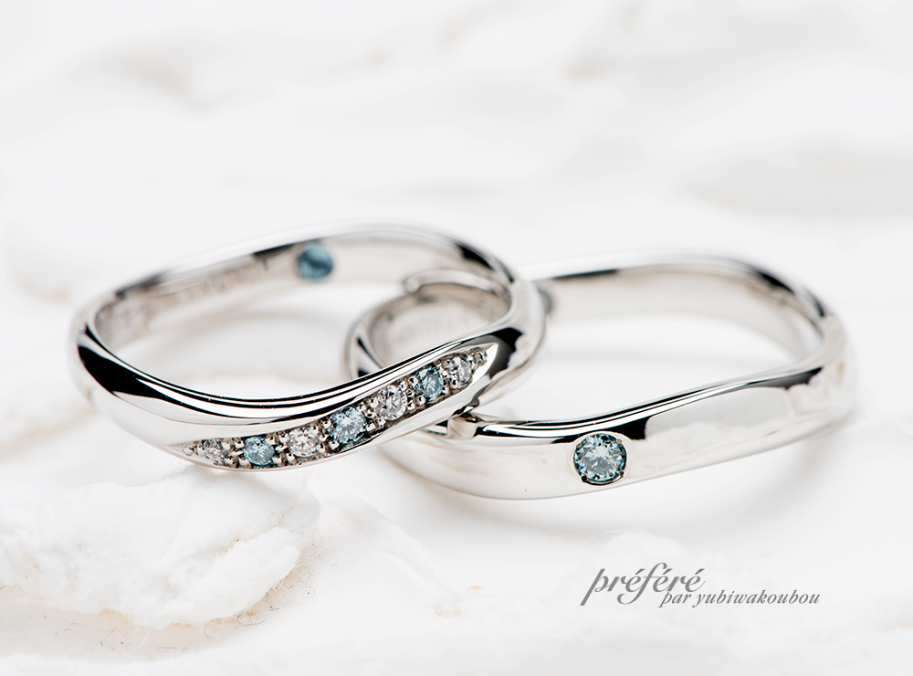 イルカモチーフの婚約指輪と重ねづけする結婚指輪