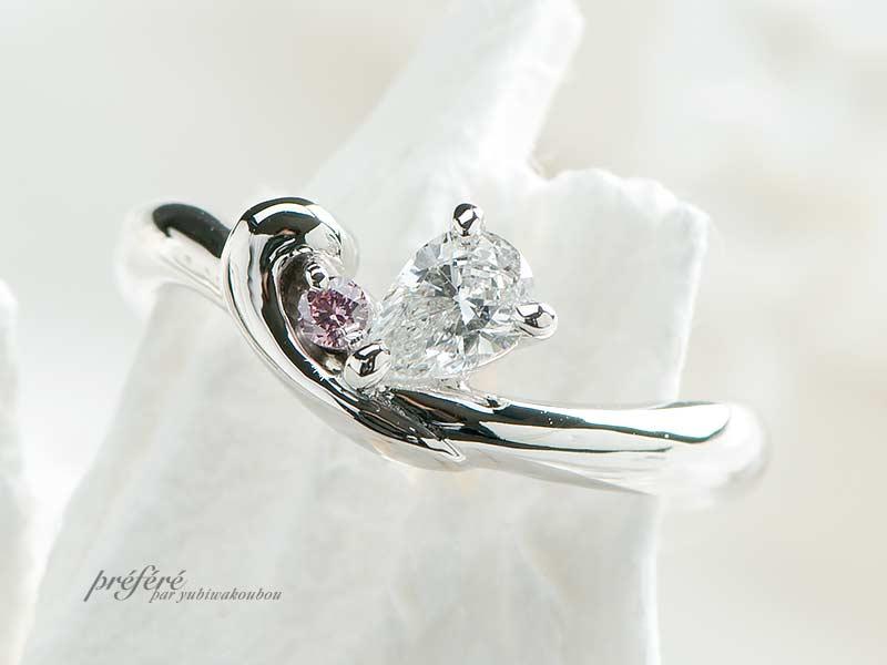 ペアシェイプダイヤとピンクダイヤをデザインに取り入れたオーダーメイドのエンゲージリング