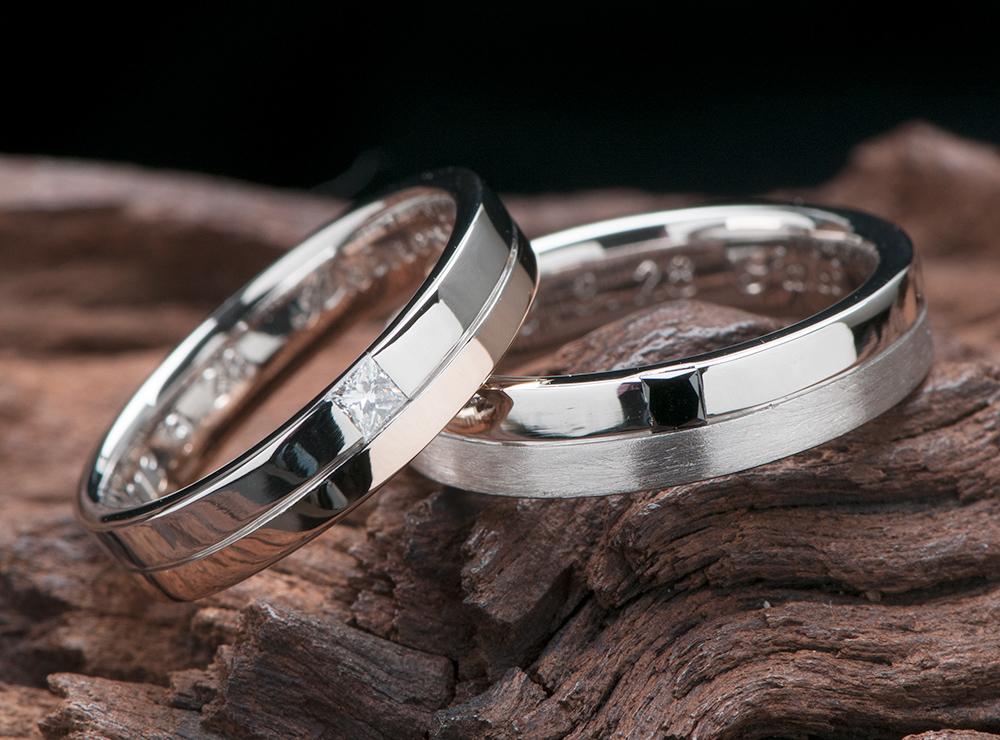 コンビ素材にプリンセスダイヤを配置した結婚指輪