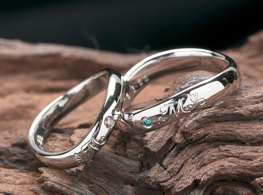 チューリップとイニシャルの結婚指輪