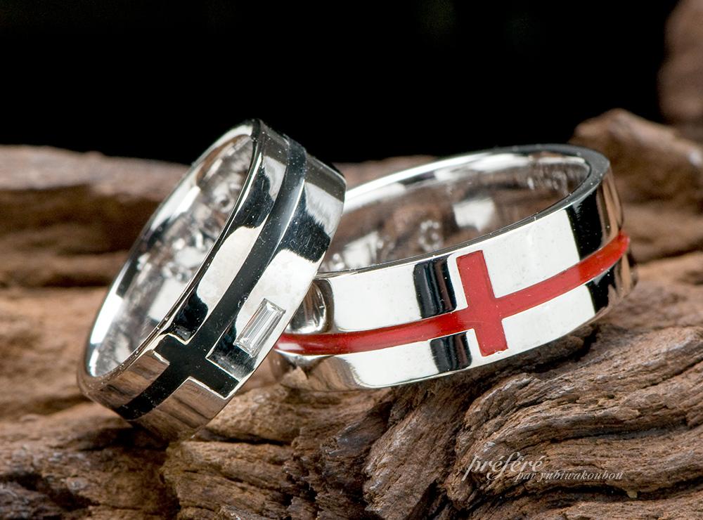 クロスモチーフに好きなカラ-を入れた結婚指輪
