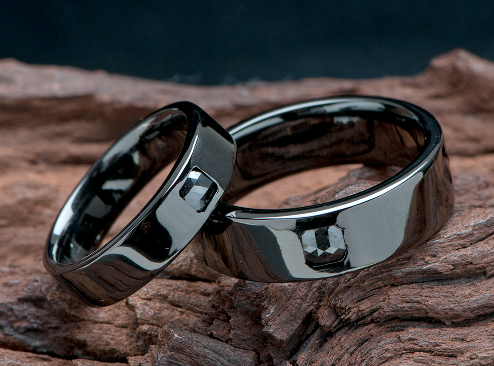 ローズカットダイヤを留めたブラックリングの結婚指輪