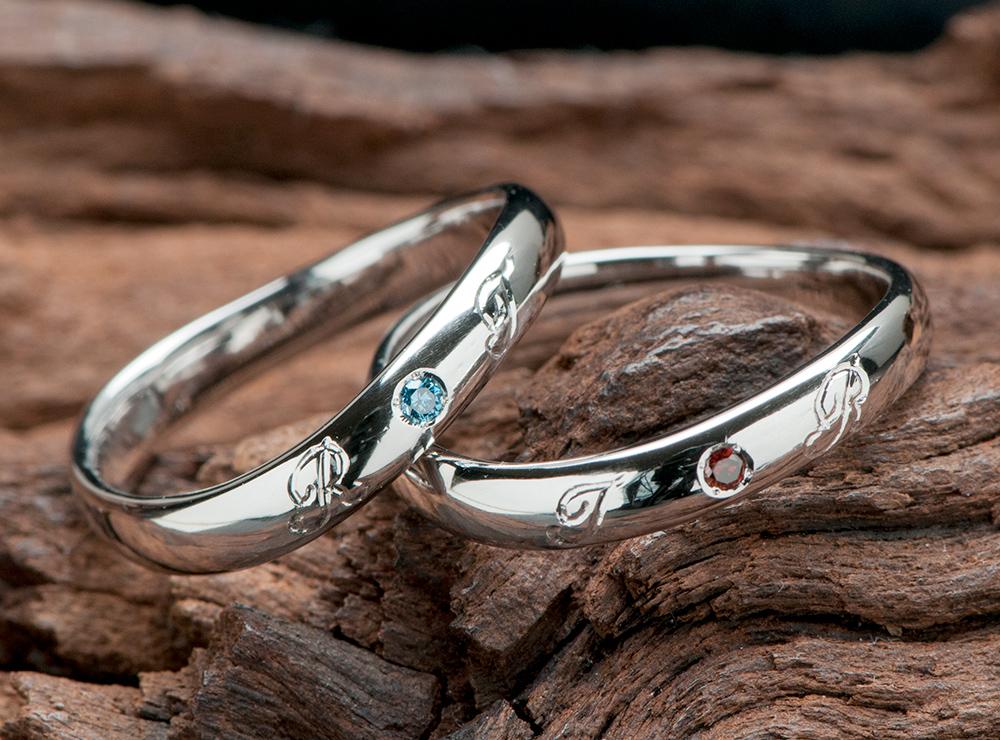 シンプルなイメージでイニシャルを手彫りした結婚指輪