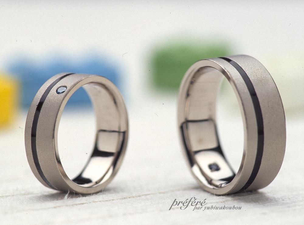 マット仕上げにブラックのラインを入れてオーダーメイドのマリッジリング(結婚指輪)