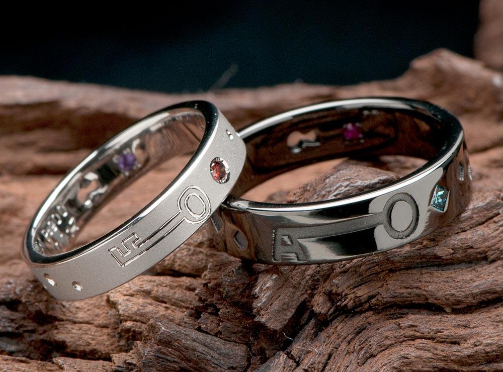 鍵と鍵穴モチーフでブラックリングの結婚指輪
